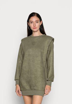 CARINA DRESS - Denní šaty - lichen leaf green