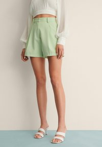 NA-KD - PLEAT DETAIL SHORTS - Shorts - dusty green - 1