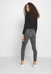 Vero Moda Petite - VMTERESA MR JEANS PETITE - Jeans Skinny Fit - medium grey denim - 2