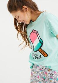 WE Fashion - MET IJSJESDESSIN - Pyjama set - turquoise, light pink - 1