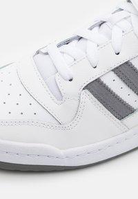 adidas Originals - FORUM UNISEX - Sneakersy niskie - footwear white/grey four - 5
