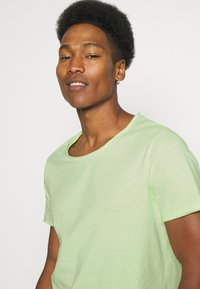 YOURTURN - RAW EDGE UNISEX - Basic T-shirt - green - 3