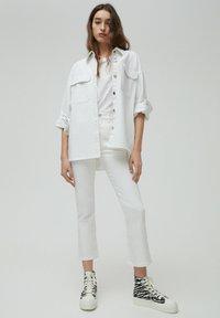 PULL&BEAR - Jeans a zampa - white - 1