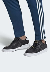 adidas Originals - RIVALRY LOW SHOES - Sneakers laag - black - 1