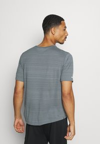 Nike Performance - MILER  - Camiseta estampada - smoke grey/reflective silver - 2