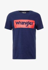 Wrangler - LOGO TEE - T-shirt z nadrukiem - navy - 4
