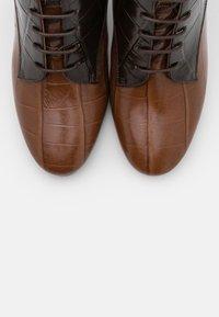 L'Autre Chose - ZIP BOOT - Stivaletti con tacco - cognac/dark brown - 6