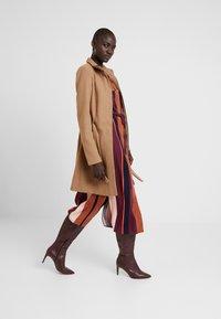 Vero Moda Tall - VMBESSY CLASS JACKET - Zimní kabát - tigers eye - 1