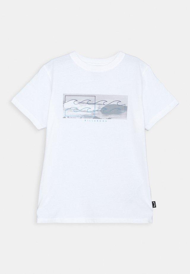 INVERSE TEE BOY - Printtipaita - white