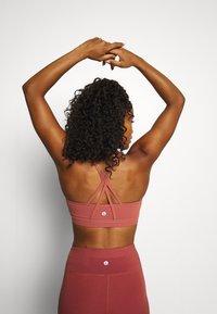Cotton On Body - STITCHED TO PERFECTION CROP - Brassières de sport à maintien léger - chestnut - 2