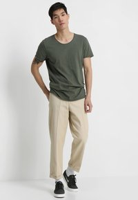 Jack & Jones - JJEBAS TEE - Basic T-shirt - thyme - 1