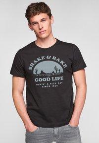s.Oliver - MIT SCHRIFTPRINT - Print T-shirt - black good life print - 0