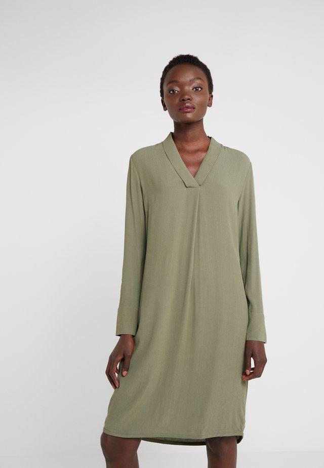 LIVA JENNIFER DRESS - Sukienka letnia - burnt olive