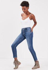 BONOBO Jeans - MIT KNÖPFEN - Slim fit jeans - stone blue denim - 3