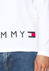 Tommy Hilfiger - CORP LOGO LONG SLEEVE TEE - Long sleeved top - white - 5