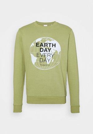 EARTHDAY EVERYDAY GLOBE CREW NECK - Sweatshirt - sage