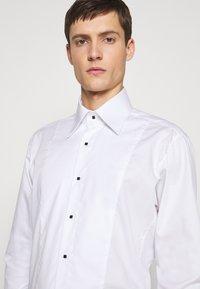 KARL LAGERFELD - SHIRT MODERN FIT - Camicia - white - 6