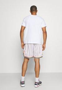 Karl Kani - SMALL SIGNATURE PINSTRIPE - Shorts - white - 2