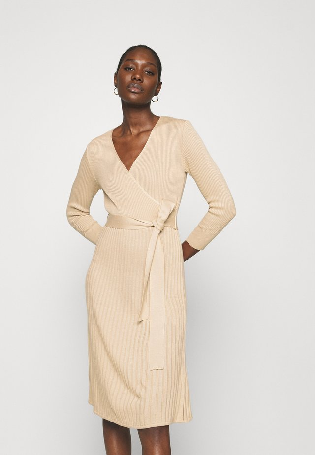 WRAP DRESS - Stickad klänning - camel