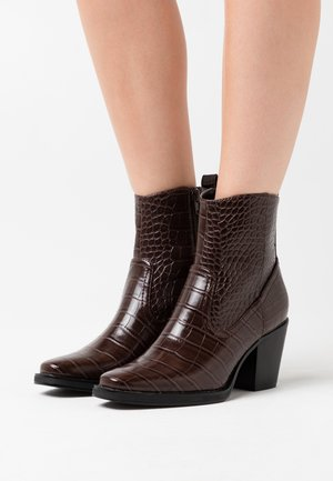 ONLBELIZE STRUCTUR HEELED BOOT - Støvletter - brown