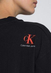Calvin Klein Jeans - BOXY ROLL UP SLEEVE TEE - Print T-shirt - black - 4