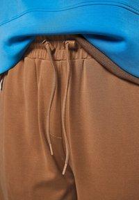 comma casual identity - REGULAR STRUKTUR - Tracksuit bottoms - mud brown - 6