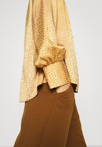 Closet - CLOSET HIGH NECK BLOUSE - Blouse - gold - 6