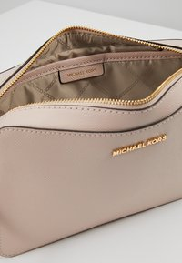 MICHAEL Michael Kors - JET SET TRAVEL CROSSBODY - Across body bag - soft pink - 4