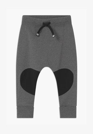 PATCH BAGGY UNISEX - Kalhoty - grey