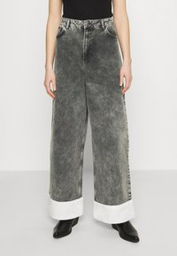 NU-IN - STEFANIE GIESINGER CONTRAST TURN UP WIDE LEG - Relaxed fit jeans - black wash - 0