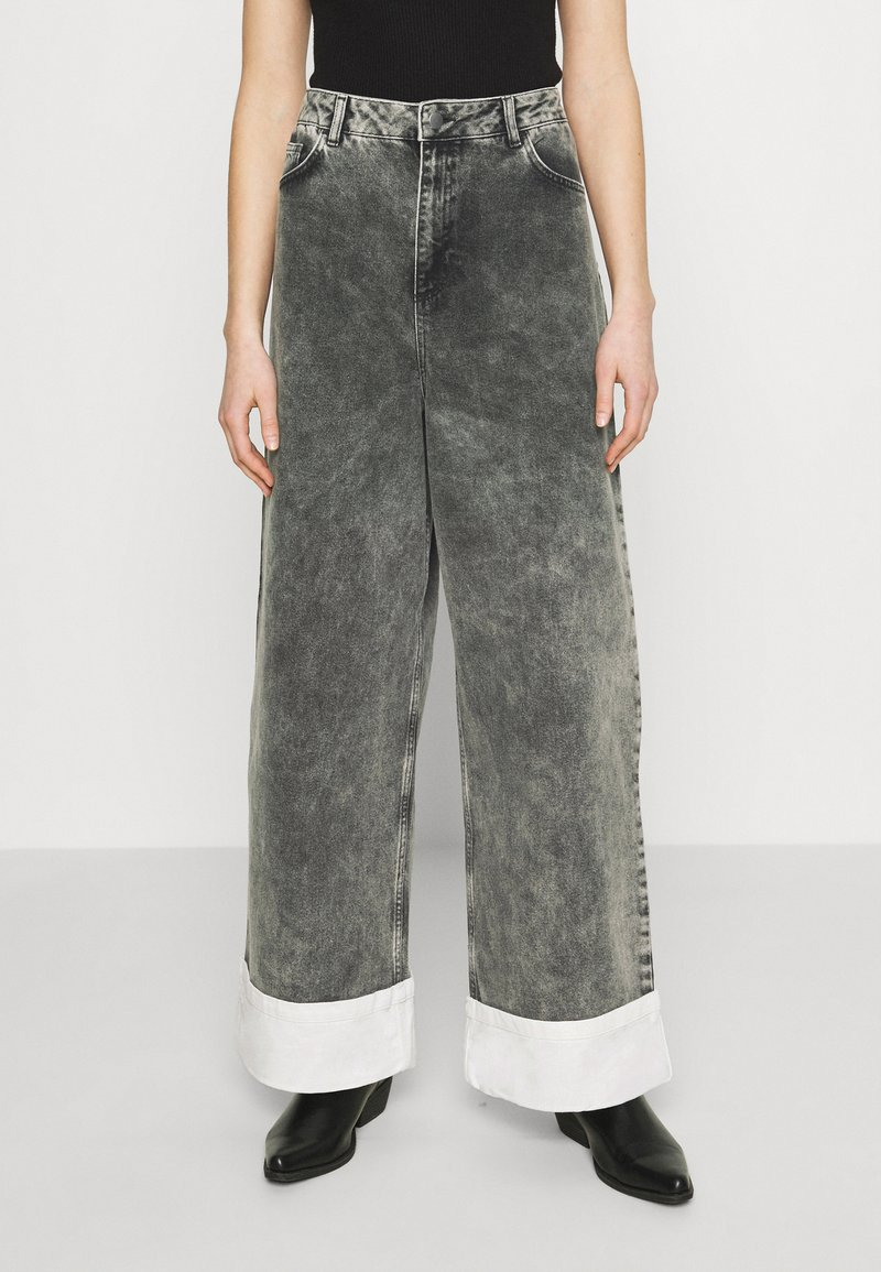 NU-IN - STEFANIE GIESINGER CONTRAST TURN UP WIDE LEG - Relaxed fit jeans - black wash