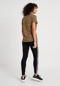 Nike Sportswear - Print T-shirt - desert ochre/black - 2