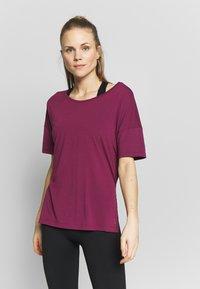 Nike Performance - LAYER - Basic T-shirt - villain red/shadowberry - 0
