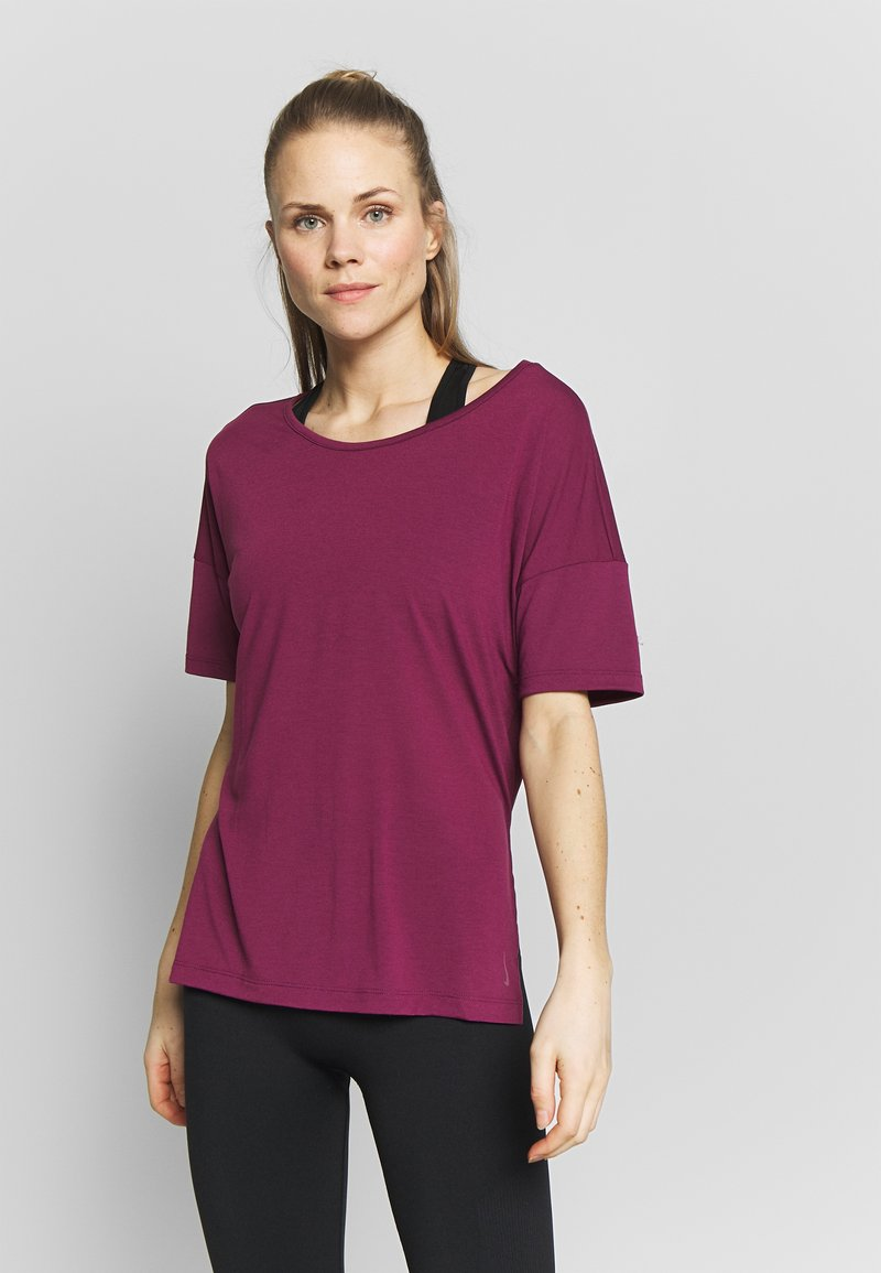 Nike Performance - LAYER - Basic T-shirt - villain red/shadowberry