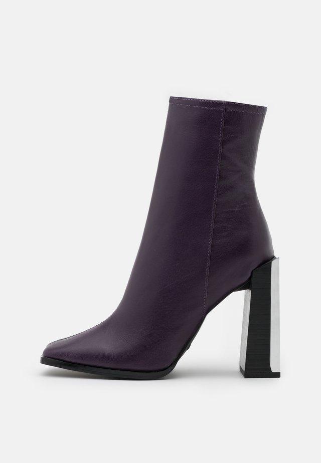 HOMER SQUARE TOE HARDWARE BOOT - Kotníkové boty - purple