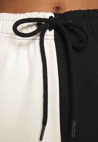 Karl Kani - SIGNATURE BLOCK - Tracksuit bottoms - off-white - 4