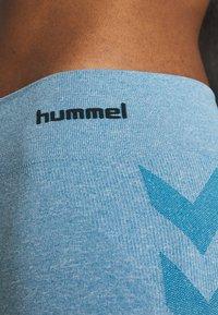 Hummel - CLASSIC BEE SEAMLESS - Legginsy - faded denim melange - 5