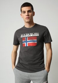 Napapijri - S-SURF FLAG - Print T-shirt - dark grey solid - 0