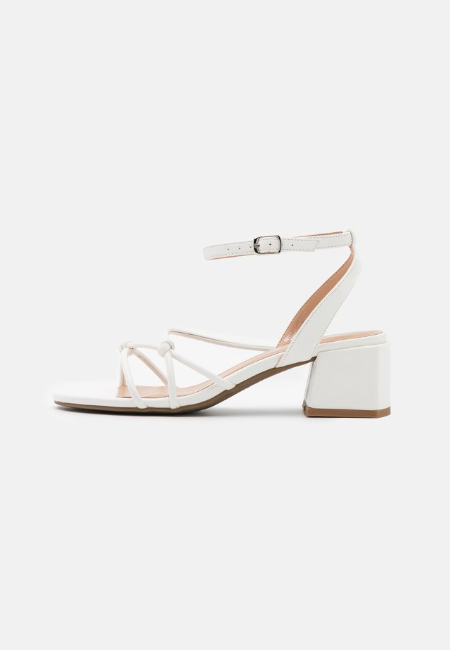 WIDE FIT TENNESSEE - Sandales - white