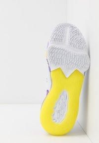 Nike Performance - LEBRON XVII LOW - Koripallokengät - white/voltage purple/dynamic yellow - 4