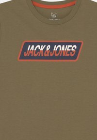 Jack & Jones Junior - JORSWIRLE BIG TEE CREW NECK JR - Print T-shirt - martini olive - 2
