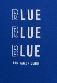 TOM TAILOR DENIM - WITH PRINT - T-shirt med print - shiny royal - 8