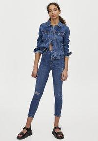 PULL&BEAR - MOM MIT HOHEM BUND - Jeans Skinny Fit - dark blue - 1