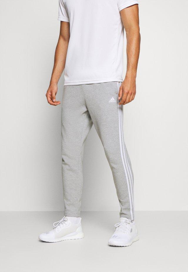STRIPES MUST HAVES SPORTS REGULAR PANTS - Pantalon de survêtement - medium grey heather