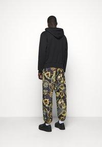 Versace Jeans Couture - FULL ZIP HOODIE WITH LOGO - veste en sweat zippée - nero - 2