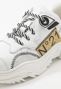 N°21 - Trainers - white/gold - 2