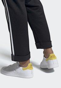 adidas Originals - STAN SMITH  - Sneakersy niskie - ftwwht/silvmt/coryel - 0