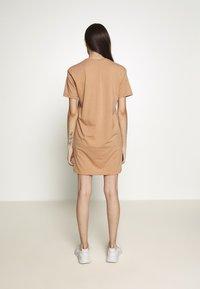 Missguided Petite - BASIC TSHIRT DRESS 2 PACK - Žerzejové šaty - black/tan - 2