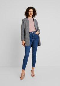Vero Moda - VMSANDRA - Jeans Skinny Fit - medium blue denim - 1