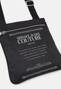 Versace Jeans Couture - UNISEX - Bandolera - black - 5